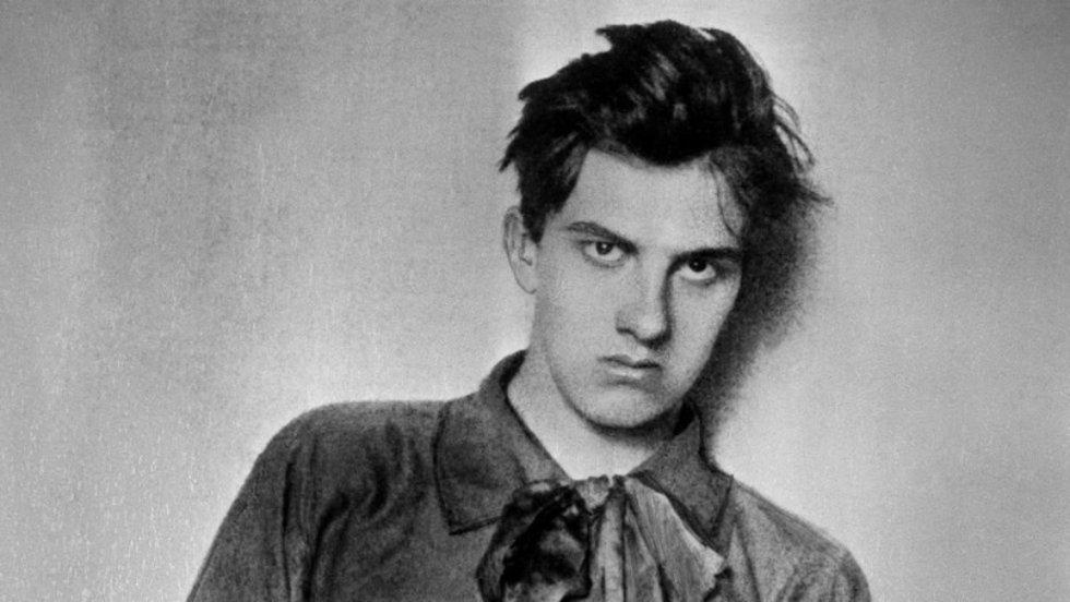 На фото молодой Владимир Маяковский