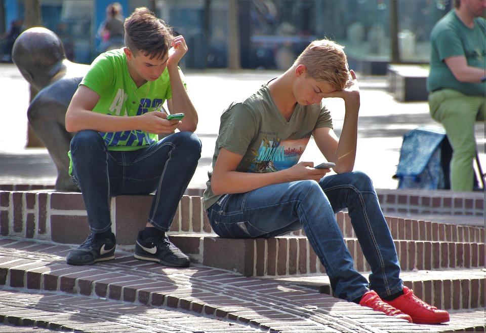 молодые люди с телефонами