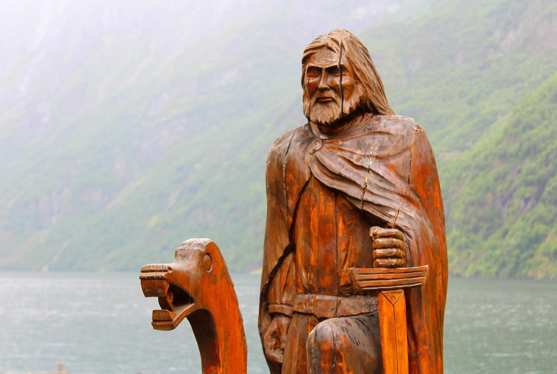 Учёные установили, что у викингов мечи не использовались в бою – они были декоративным статусным оружием. Битвы велись топорами и копьями.