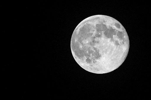 Вдействительности Луна цветная— Астрономы