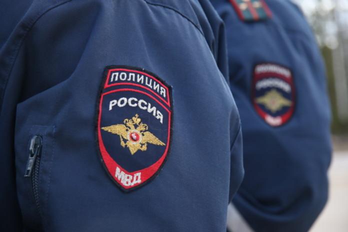 В Москве школьник напал на полицейского с ножом, поспорив с друзьями