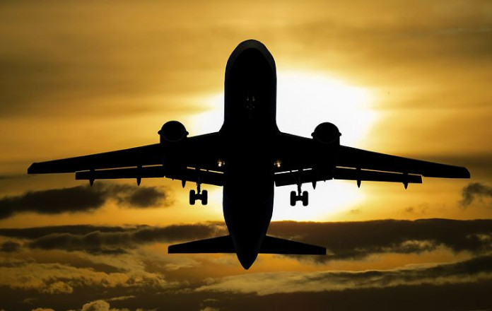 В Пулково вернулся аэробус А321, прервавший полет из-за треснувшего лобового стекла