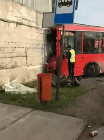 В Перми автобус въехал в стену